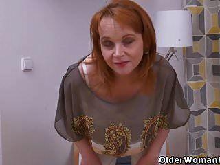 euro milf elisabeth zieht sich aus und reibt ihre rasierte fotze