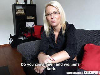 blonde Frau betrügt ihren Mann