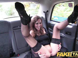 gefälschte Taxi posh Damen geschwollene Muschi und engen Arsch gefickt