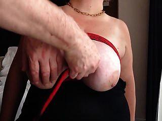 riesige Brüste festgebunden und gestreichelt