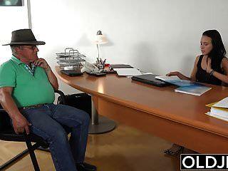 Opa beim Sex mit der jungen Brünette am Arbeitsplatz erwischt