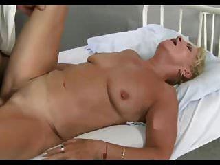Arzt untersucht seinen Patienten gründlich