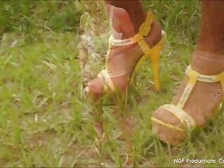 in Daisy Dukes und Heels hängen