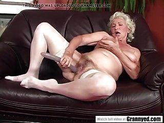 Oma Norma bekam ihre Muschi hart gefickt