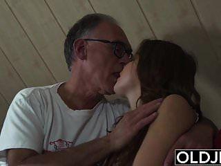 süßes teen von alten mann gefickt sie schluckt cum und deepthroat