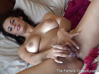 sexy Babe mit natürlichen Brüsten und großen echten Schamlippen