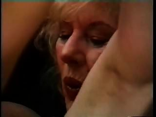 Vollbusige Oma verführt einen jungen Mann und lässt ihn schlagen