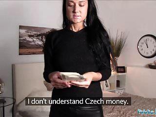 public agent russian wird von einem großen schwanz im schlafzimmer gefickt