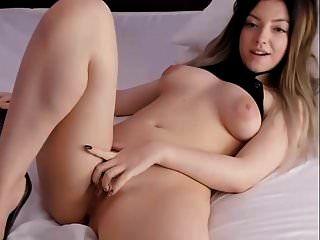 Schönheitspuppe Gesicht Julie nackt auf dem Bett