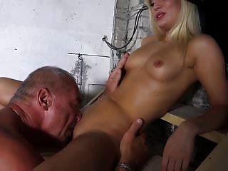 Opa knallt Teen blonde leckt Muschi füttert ihren großen Cumshot