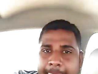 Inderin mit seinem Freund im Auto