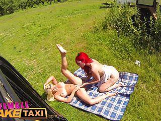 weibliche gefälschte Taxi Rotschopf nimmt Blondine für Pussy Picknick
