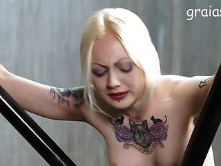 schönes tätowiertes Mädchen Caned