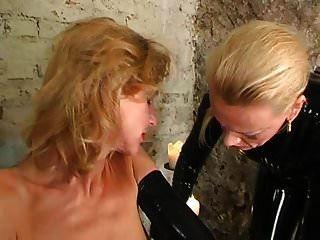Latexsklavin von Gummiherrin gefoltert