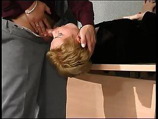 blonde Milf bohrte sich in ihre schwarze Strumpfhose