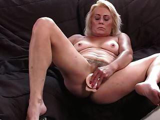 behaarte Oma zeigt ihre nasse Muschi