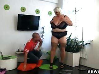 große große Brüste Frau verschraubt bekommen