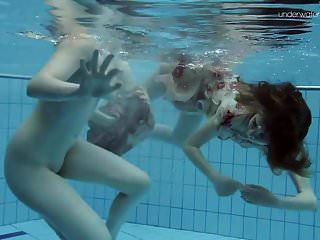 zwei heiße haarige Schönheiten unter Wasser