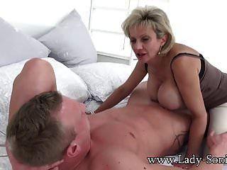Hot Milf Sonias Ehemann lässt sie mit einem Stanger Schwanz lutschen