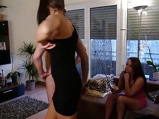 2 Mädchen pissen in den Mund