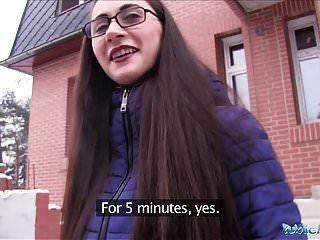 Public Agent junge russische in Gläsern einen großen Schwanz ficken