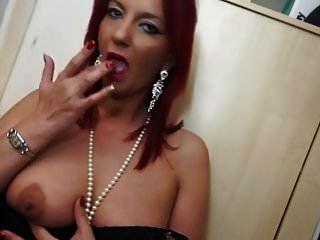 geile britische hausfrau spielt mit ihrer muschi