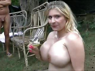 Riesige Brüste Mädchen schlucken viel Pisse