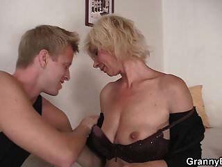 Hunky Man Doggy fickt heiße blonde Oma