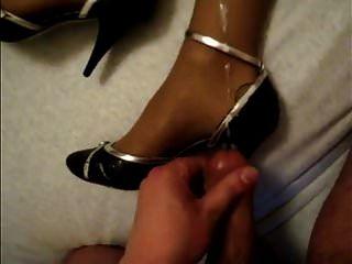 Sperma auf Schuhen und Beinen