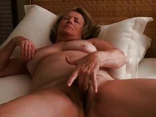 Milf masturbiert bis zum Orgasmus