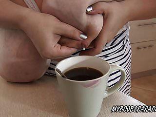 vollbusige roxanne miler melken von ihren titten zu caffe