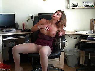 sexy Sekretärin spielt in einer nahtlosen Strumpfhose