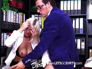 blonde deutsche Sekretärin fickt im Büro