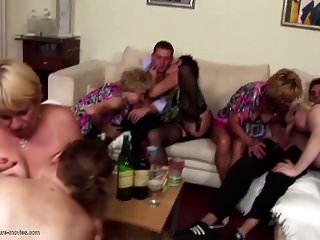 verrückte private Party mit reifen Müttern und Söhnen