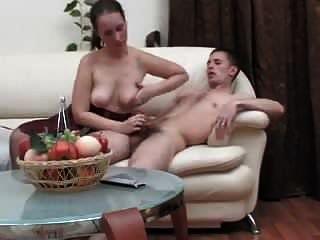 reife Frau verführt Kerl, um Sex zu haben