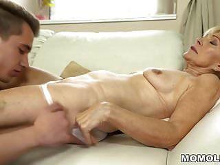alte Dame genießt den tiefen Fick mit ihrem jüngeren Liebhaber