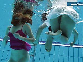 heiß gekleidete Teenager im Pool