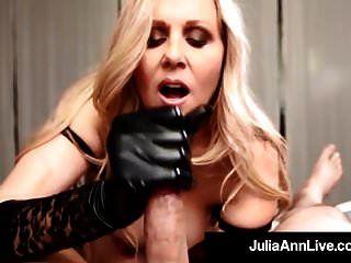 milf des jahres julia ann zieht schwarze handschuhe an, um einen schwanz zu melken!