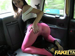 gefälschte taxi italienische schönheit in strümpfen bekommt einen tiefen anal fick