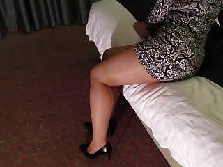 hotwife in glänzenden Strumpfhosen Fußkettchen und Heels