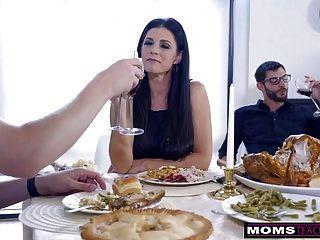 Mutter fickt Sohn \u0026 isst Teen Creampie für Erntedankfestlichkeit
