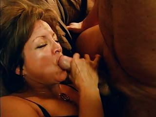 Frau schluckt alles Sperma