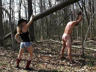 Landmädchen Herrin peitscht ihren Sklaven im Wald aus