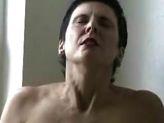 Sie masturbiert vor dem Fenster
