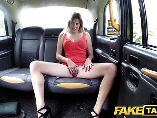 gefälschte Taxifrau im kurzen Kleid bekommt ein Taxi-Creampie