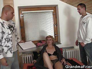 Die 60-jährige magere Oma gefällt zwei Männern