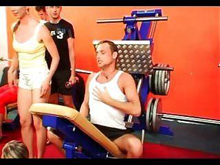 bisexuelle Orgie im Fitnessstudio Teil 1