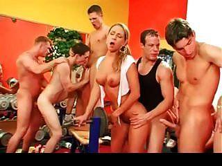 bisexuelle Orgie im Fitnessstudio Teil 2