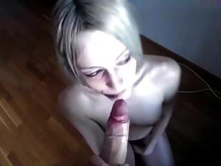 blasse dünne Blondine saugt den Schwanz und nimmt das Gesicht vor der Kamera