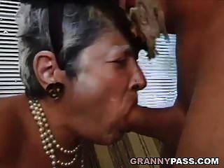 Oma fickt jungen Schwanz